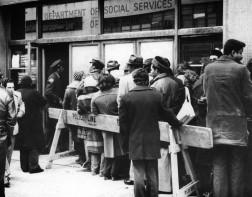 December 17, 1974. Unemployed persons in New York in line in front of a welfare office during the economic crisis brought on by 1973 oil shortages. Le 17 décembre 1974, à New York, en pleine crise économique qui sévit suite à la crise pétrolière de 1973, des chômeurs font la queue devant un bureau d'aide sociale.